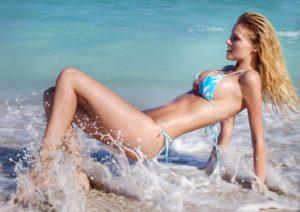 blonde-frau-am-strand