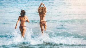 Bikini und Badeanzug