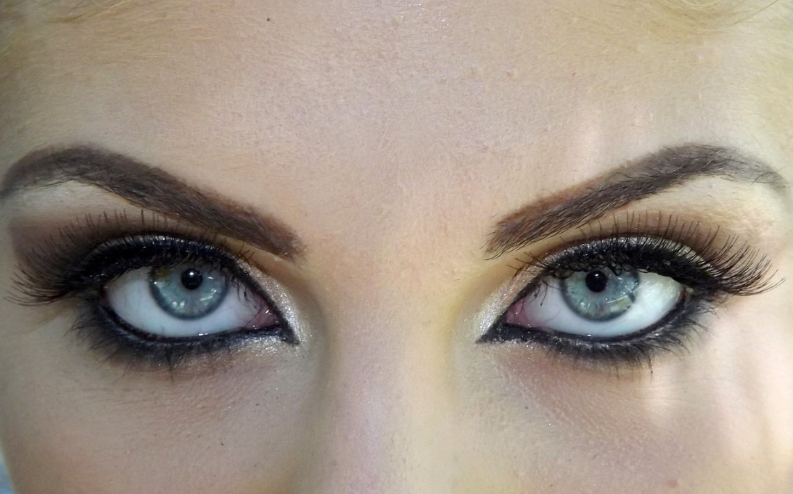 Schminke Augenbraue