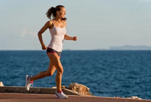 Frau joggt an der Küste
